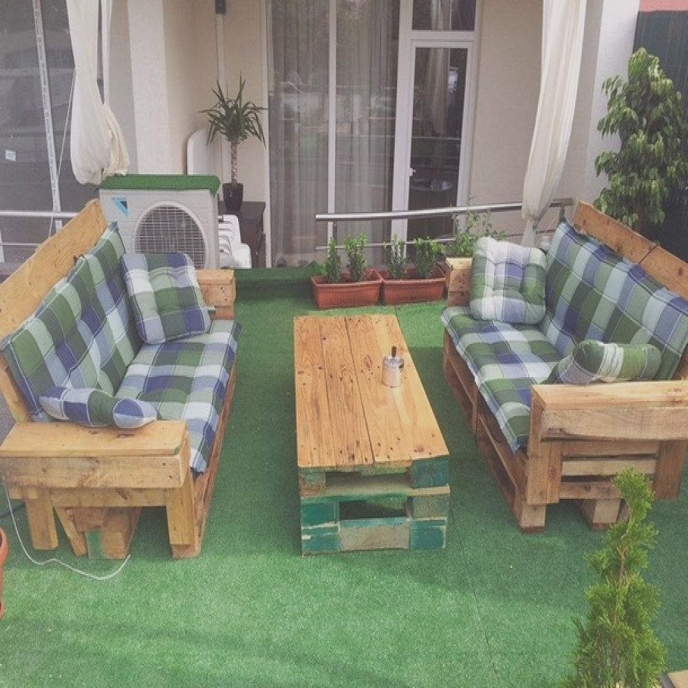 outdoor furniture made with pallets